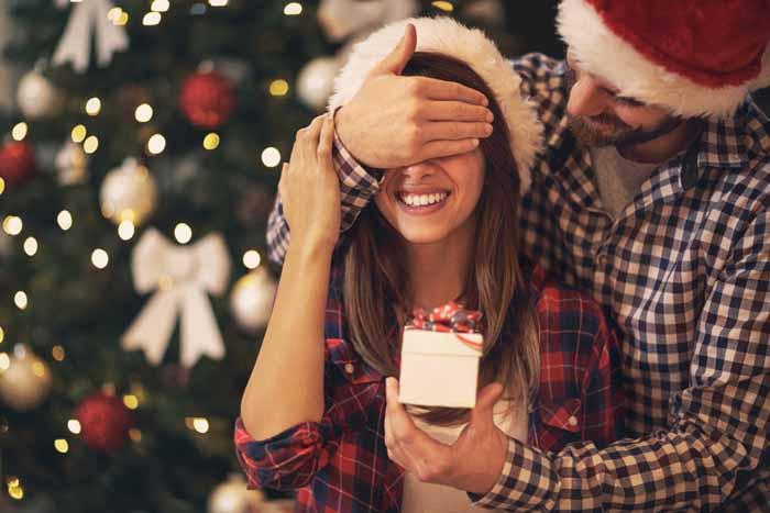 Zvažuješ zásnuby počas Vianoc?
